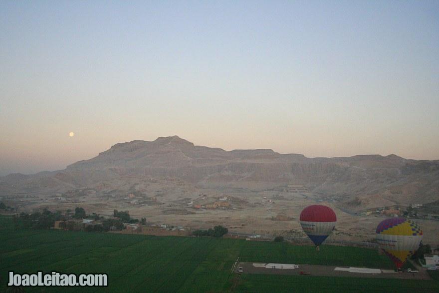 Foto da margem Ocidental de Luxor com o Vale dos Reis