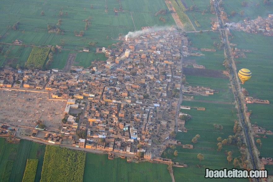 Vista aérea de uma aldeia perto de Luxor
