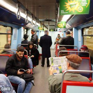 Dentro de uma carruagem do Metro de Lisboa