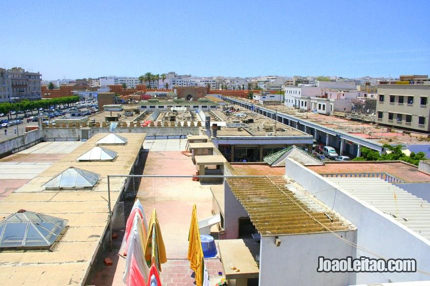 Vista do mercado do topo do terraço do Hotel du Centre em Rabat, Marrocos