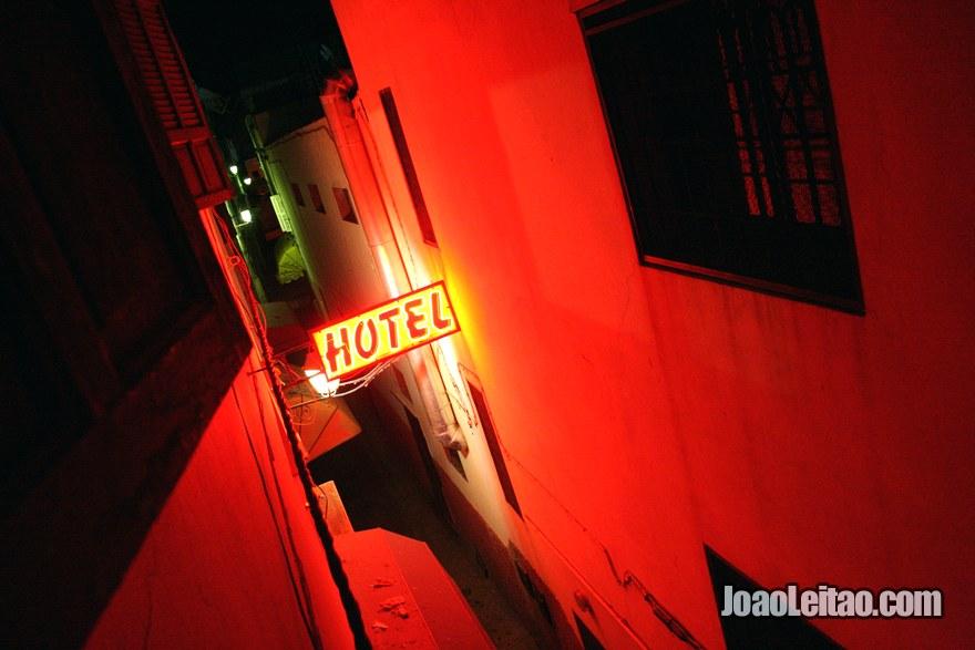 Vista da janela do Hotel du Centre em Rabat durante a noite, Marrocos