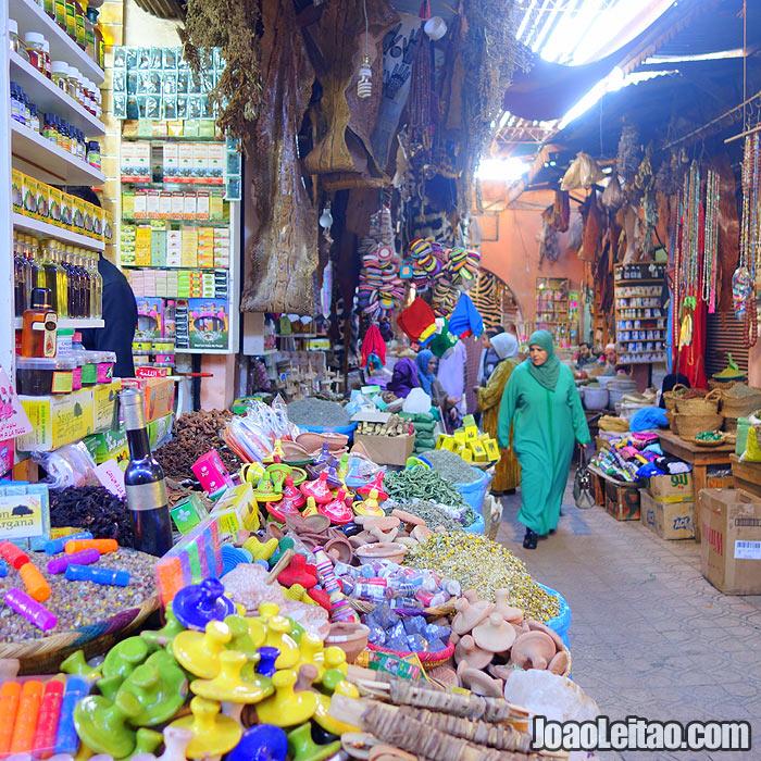 Lojas no mercado chamado de souk em Marraquexe