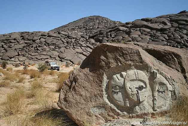Esculturas em Pedra no Monolíto Aicha, Mauritânia
