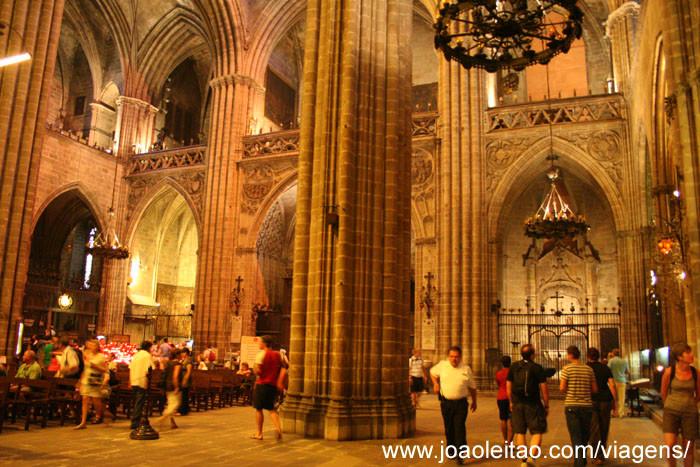 Foto do interior da Catedral de Barcelona