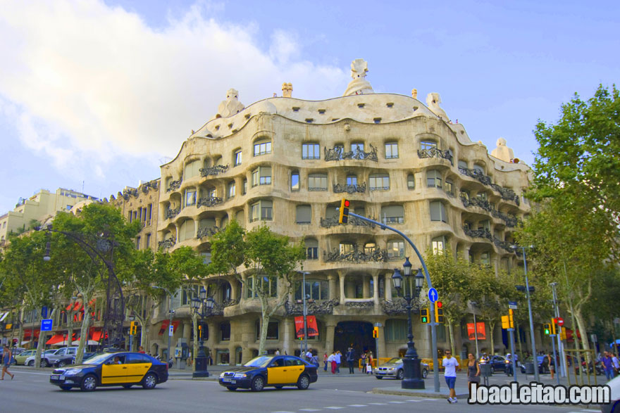 A Casa Milà, também conhecida como La Pedrera, foi desenhada pelo famoso arquitecto Antoni Gaudí