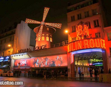 A entrada da cabaré Moulin Rouge em Paris