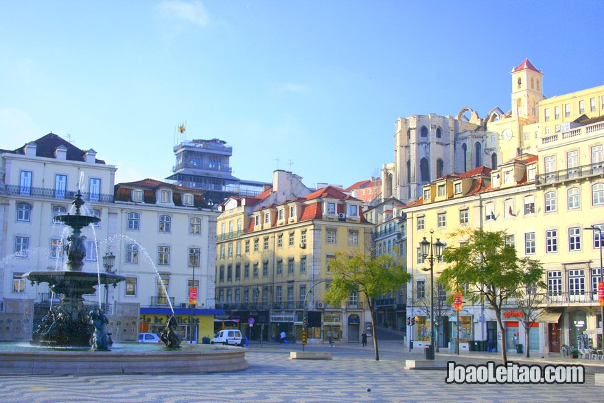 Foto do Elevador de Santa Justa e do Convento do Carmo desde a Praça D. Pedro IV em Lisboa