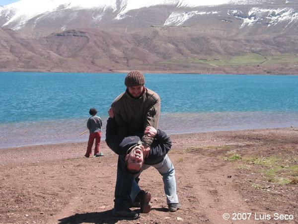 Luis Seco e João Leitão no lago de Imilchil em Marrocos