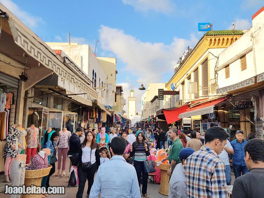 Fotografia da Rue Souika onde se pode comprar de tudo um pouco