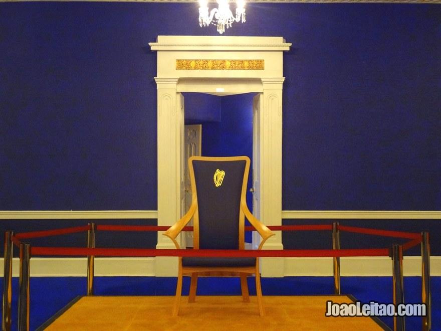 Foto da cadeira de tomada de posse presidencial na Galeria de São Patrício