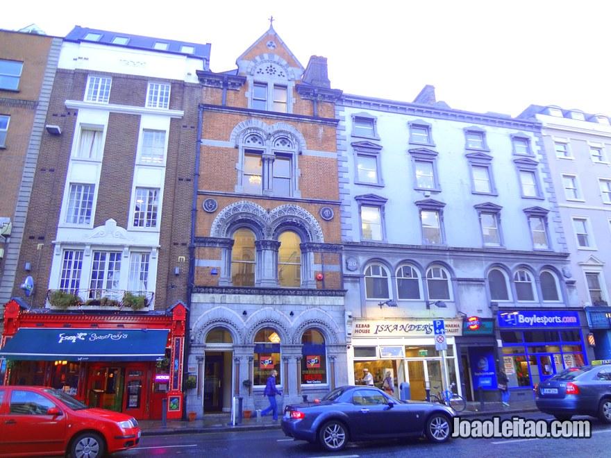 Foto de um edíficio histórico na rua Dame Street