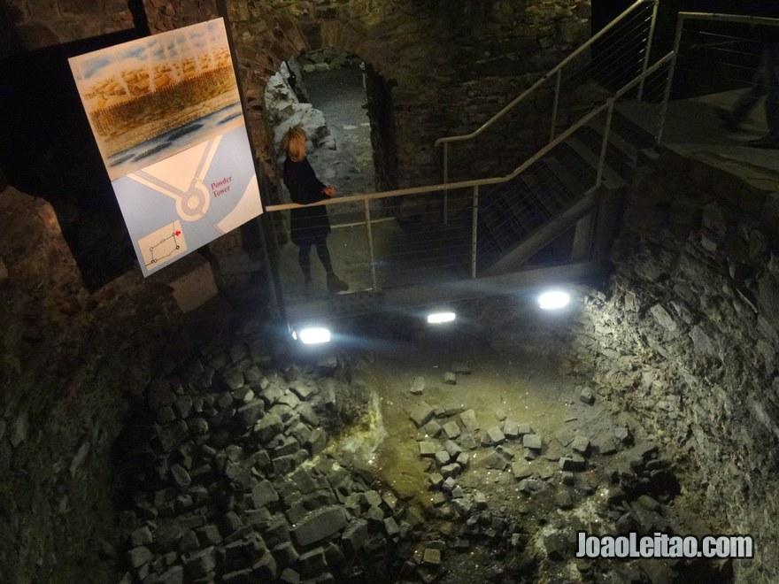 Foto das escavações subterrâneas da Torre da Pólvora do Castelo medieval de Dublin