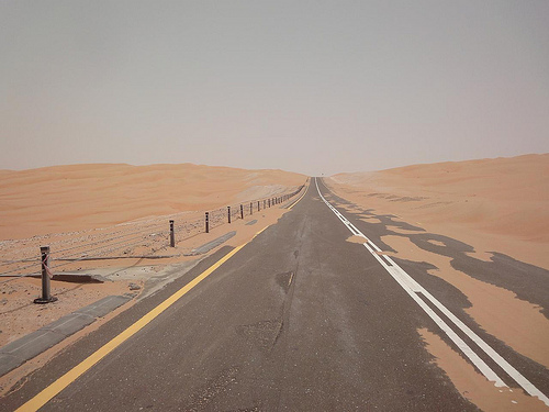 Estrada desde Abu Dhabi até ao Oásis Liwa, EAU