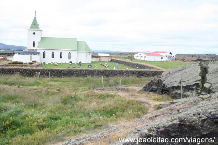 Igreja rodeada de lava em Reykjahlid, Lago Myvatn, Islândia 81