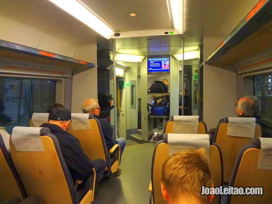 Dentro do comboio aeroporto Oslo