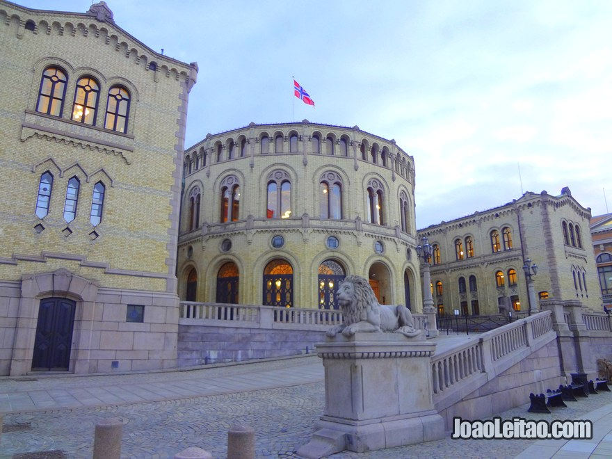 Foto do Parlamento da Noruega em Oslo