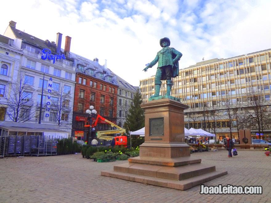 Foto da Praça Stortorvet com estátua de Cristiano IV, rei da Dinamarca e da Noruega