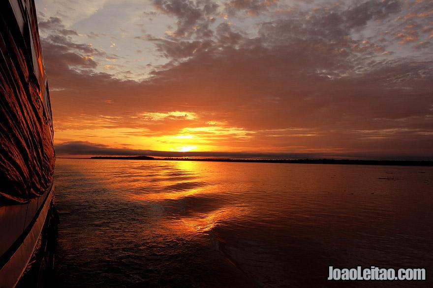 Por do Sol no Rio Amazonas no Brasil