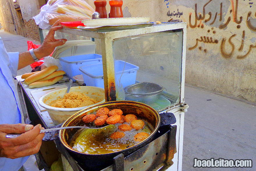 Comer falafel na rua