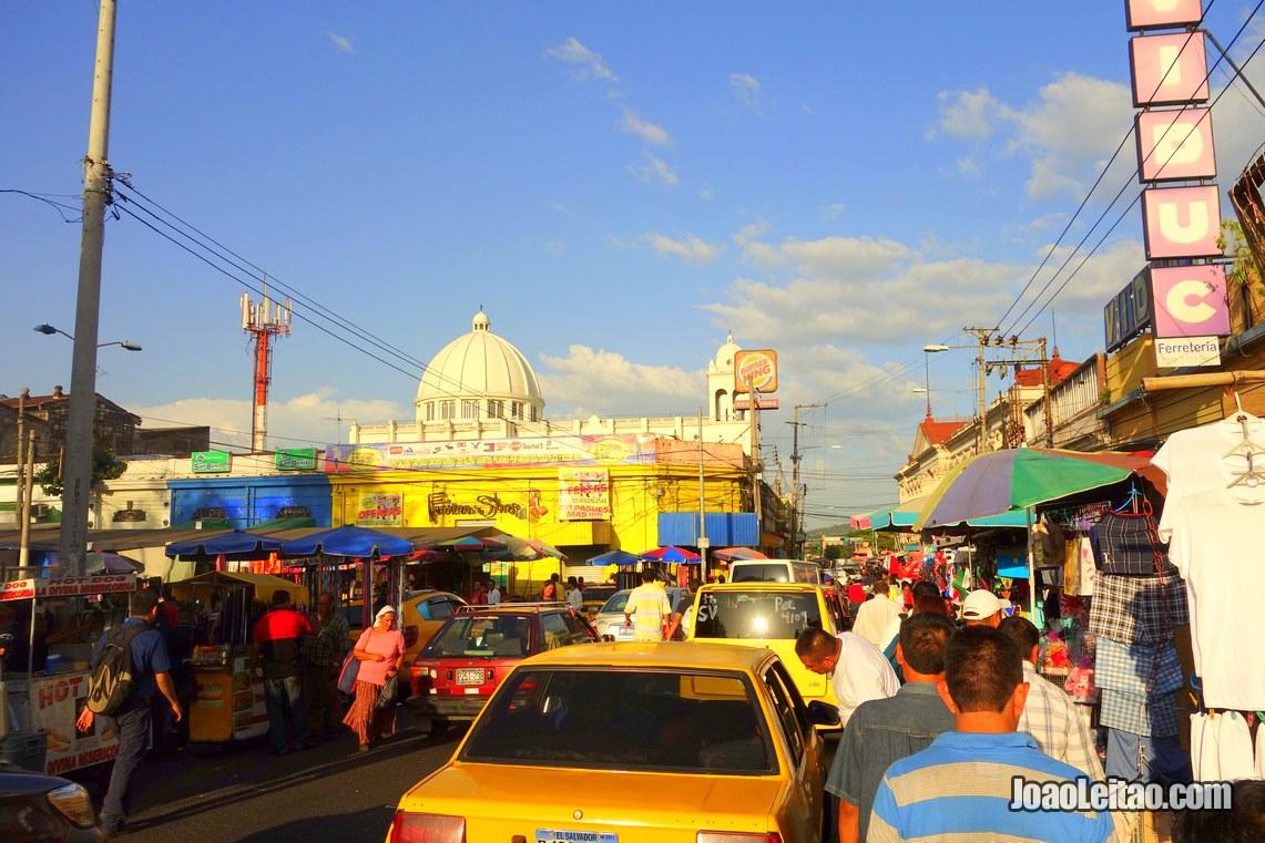 Rua no centro de San Salvador, Visitar El Salvador