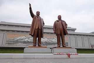 Estátuas dos líderes Kim Il-Sung e Kim Jong-il em Pyongyang