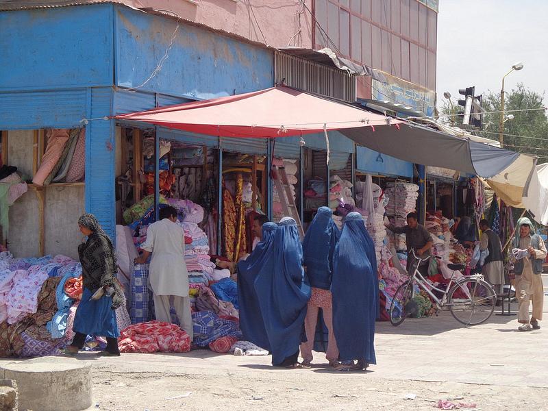 Fotografia mulheres vestidas com burca em Mazar-e Sharif no Afeganistão