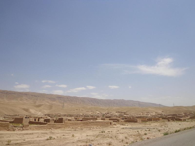 Paisagem com aldeia com casas feitas de adobe no Afeganistão