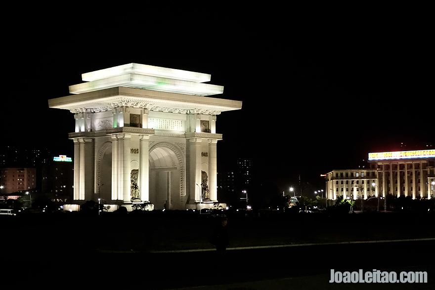 O Arco do Triunfo de Pyongyang à noite