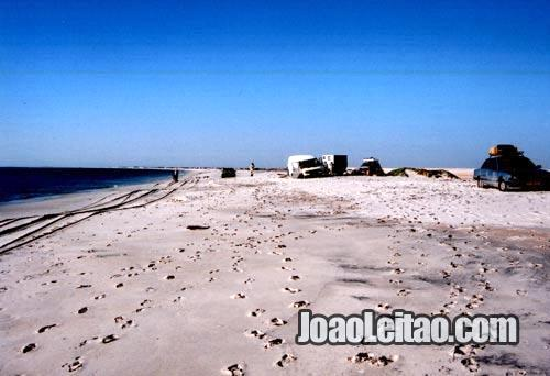 Aldeia de Nouamghar à espera que a maré baixe para avançar pela auto-estrada da Praia na Mauritânia