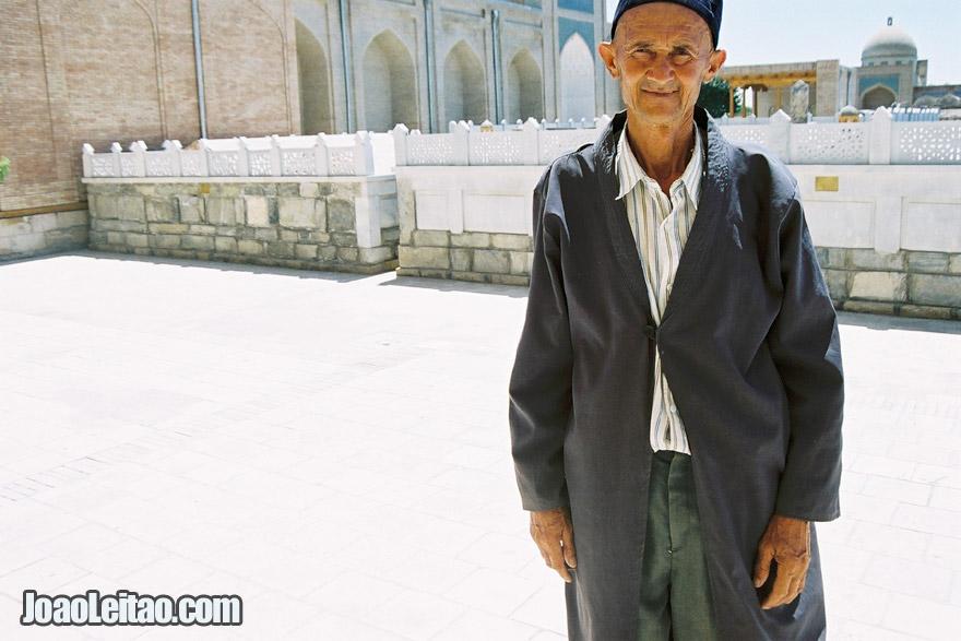 Homem no Bahauddin-Naqshbandi em Kasri Arifon
