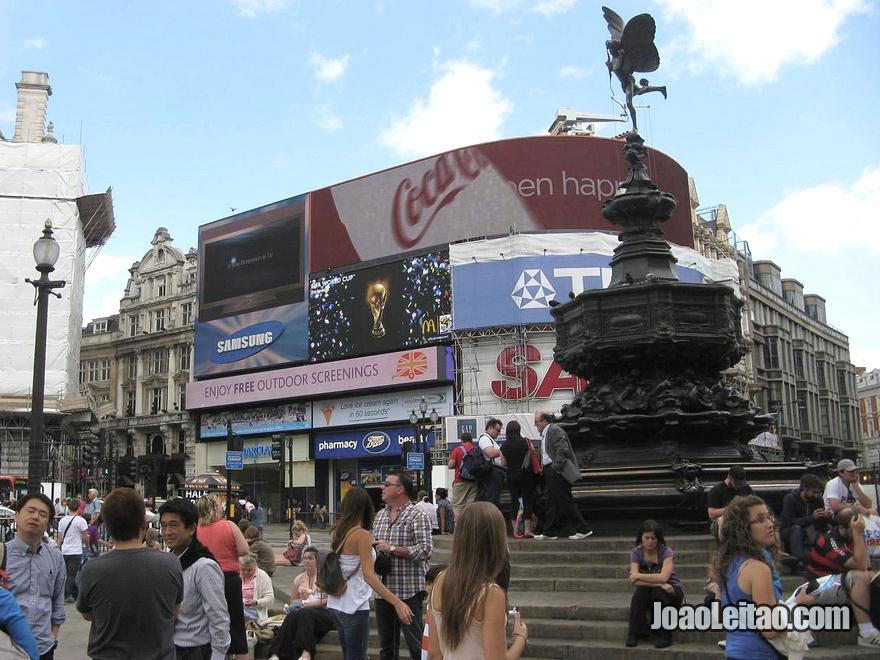 A famosa praça Piccadilly Circus, onde se cruzam as ruas Regent's Street, Shaftesbury Avenue, Piccadilly e Haymarket