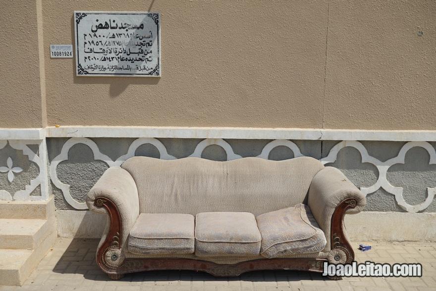 Sofá na entrada da Mesquita Nahedh na Cidade do Kuwait
