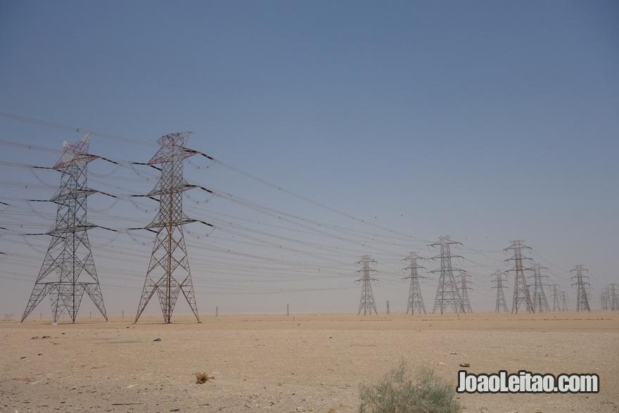 Cabos de alta tensão no deserto do Kuwait