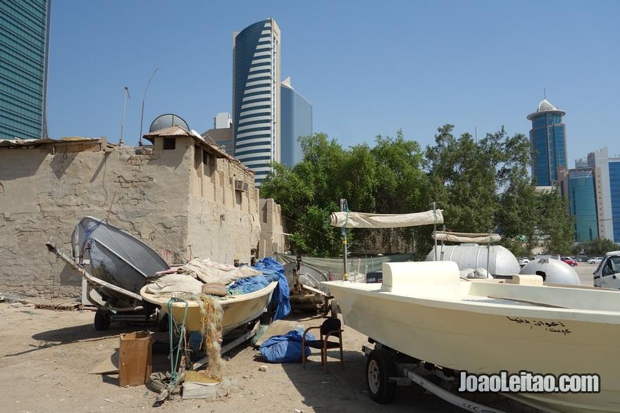 Barcos e casa antiga no centro da cidade do Kuwait