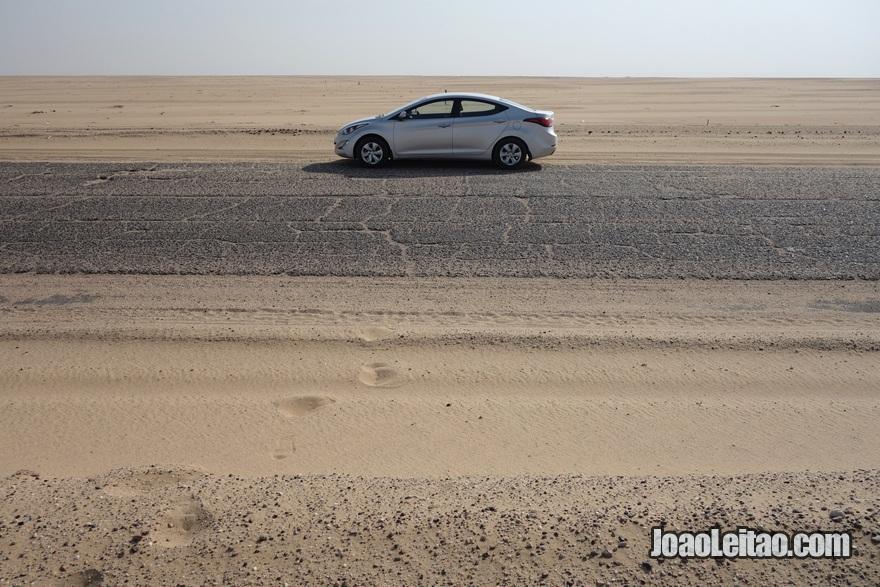 Carro no deserto na estrada 801 que liga Umm Qsar no Iraque até Sumiyah no Kuwait