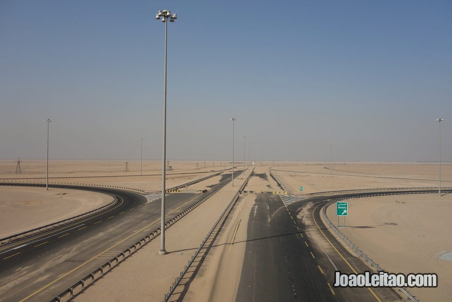 Autoestrada para a Ilha Bubiyan coberta por areia do deserto