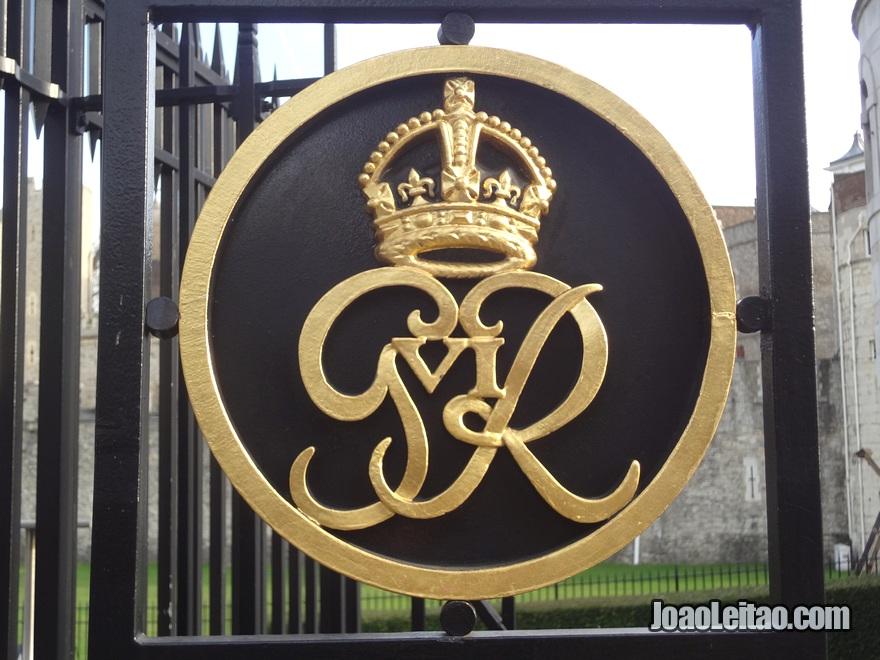 Insígnia de Henrique VII (Henry VII) no portão da Torre de Londres