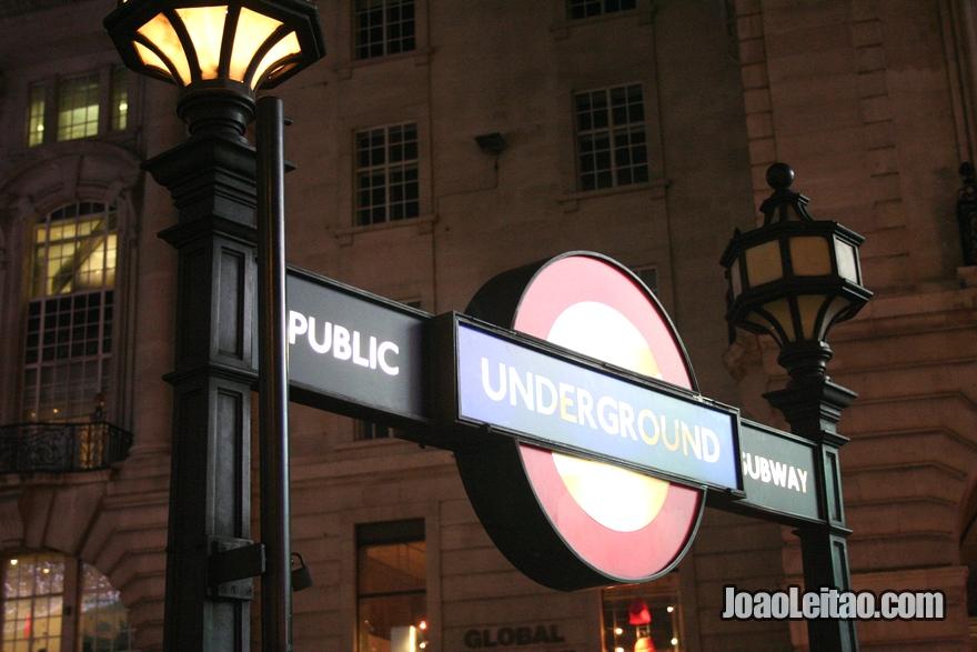 Entrada do metro de Londres (Metropolitano de Londres) chamado  Tube ou London Underground