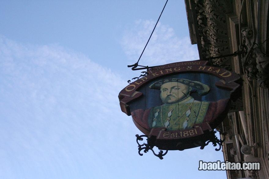 Placa do pub inglês Old Queen's Head em Londres