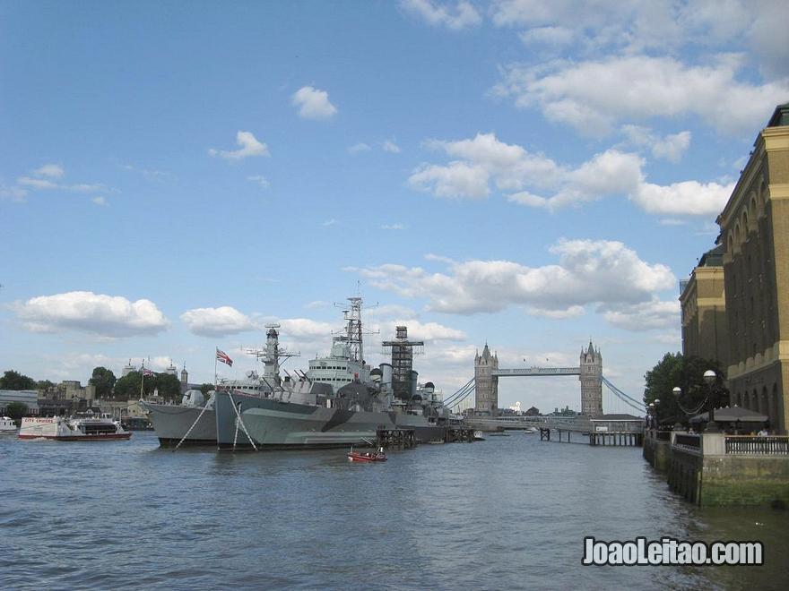 Vista do navio-museu HMS Belfast da Marinha Real Britânica atracado no rio Tamisa perto da Tower Bridge em Londres