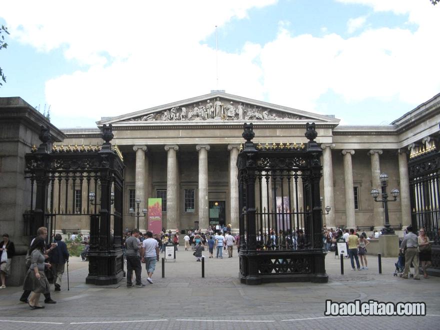 Entrada do Museu Britânico (British Museum), fundado em 1753, foi o primeiro museu nacional público do mundo