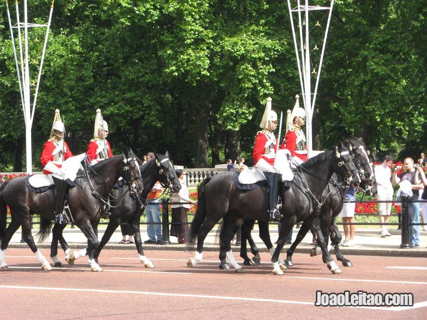 Guarda Real montanha num show na Horse Guards Parade em Londres