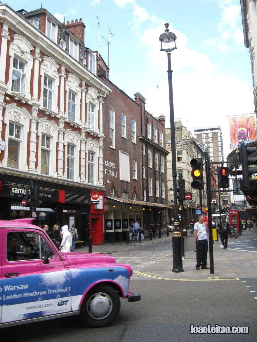 Rua na lateral do Apollo Victoria Theatre em Londres