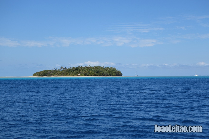 Ilha Leleuvia vista de longe nas Ilhas Fiji