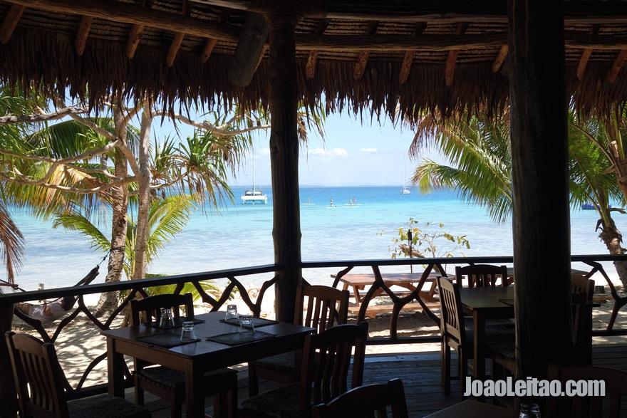 Vista do restaurante do Hotel Leleuvia Island Resort nas Ilhas Fiji