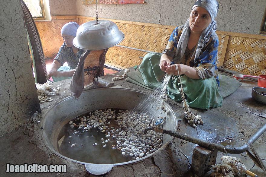 Mulheres a prepararem a seda em Margilan