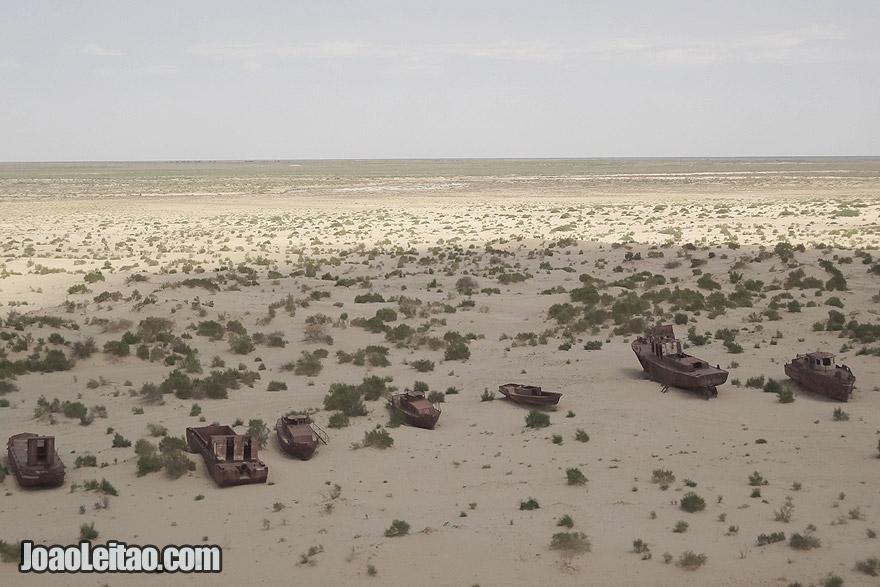 Cemitério de barcos em Moynaq no Uzbequistão