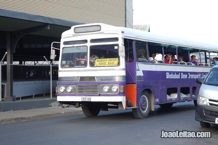 Autocarro (ônibus) aberto na lateral em Nadi