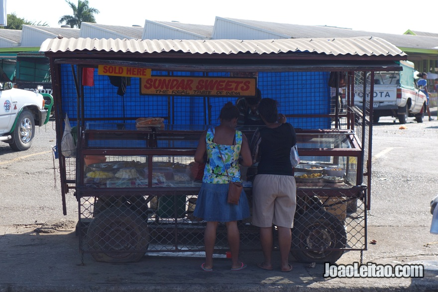 Barraquinha de comida no centro de Nadi nas Fiji