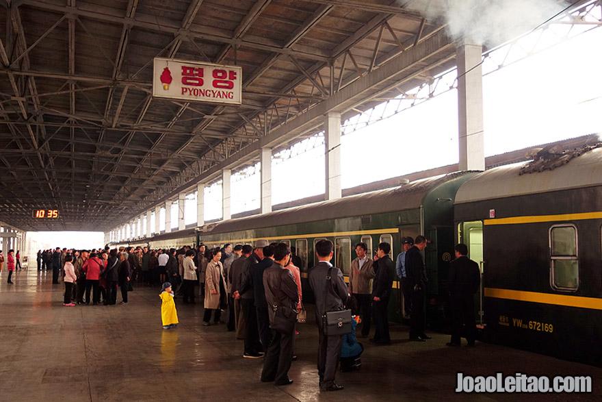 Dentro da estação de comboios de Pyongyang